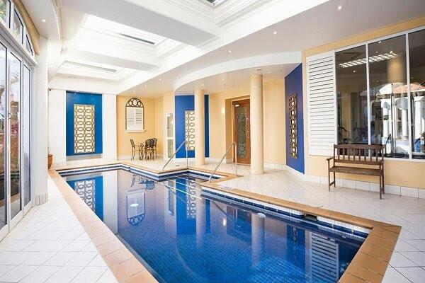 Mẫu thiết kế biệt thự hiện đại có bể bơi đặt trong nhà
